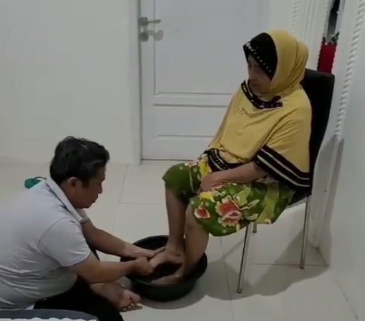 Membasuh Telapak Kaki Ibu