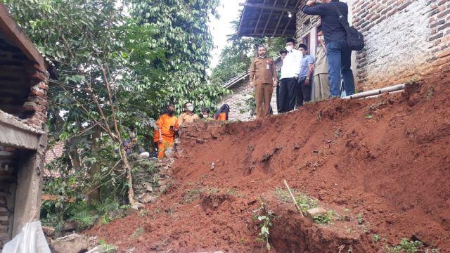 Meninjau Korban Longsor dan Banjir di 2 Lokasi